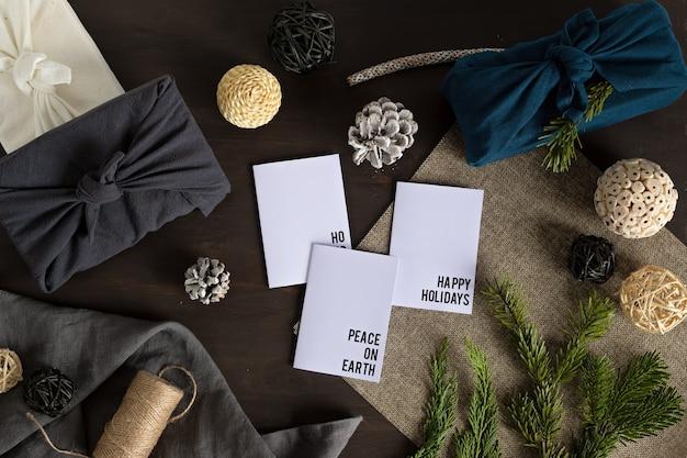 Cadeaux furoshiki, alternative écologique, cadeaux de noël verts emballés dans des vêtements