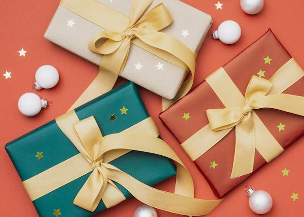 Cadeaux avec des globes et des étoiles d'or pour noël