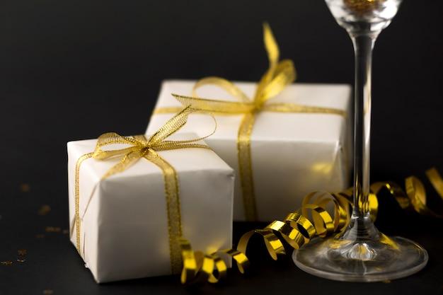 Cadeaux de gros plan à côté de verre
