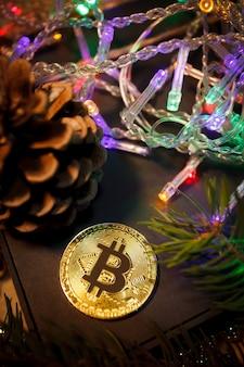 Cadeaux de guirlande de bitcoin de noël et branches de sapin