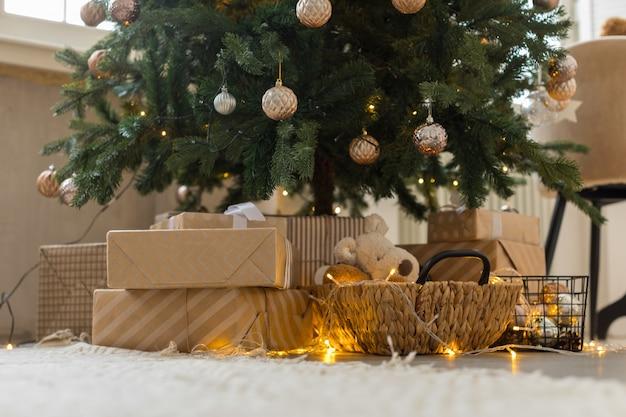 Cadeaux et guirlande brûlante sous l'arbre de noël