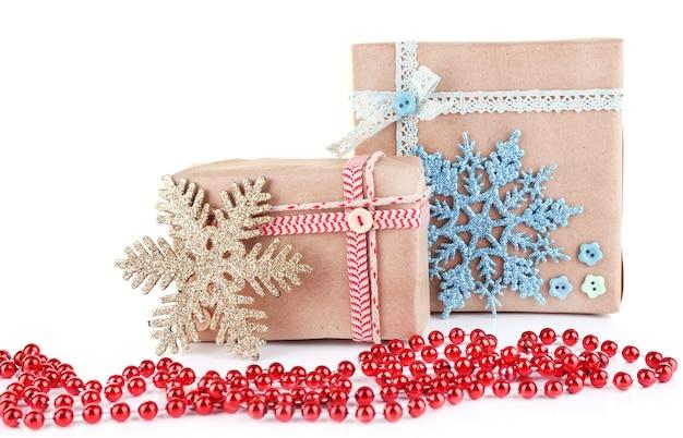 Cadeaux joliment emballés isolés sur blanc