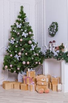 Cadeaux et jouets d'arbre de noël d'arbre de noël d'intérieur de nouvelle année sous l'arbre de noël c