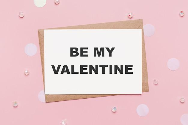 Cadeaux avec lettre de note sur fond rose isolé, amour et concept de valentine avec texte be my valentine