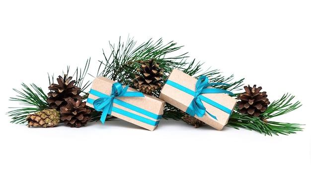 Cadeaux de noël et aiguilles de pin