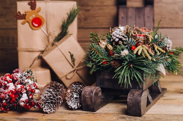 Cadeaux de noël avec des boîtes sur fond en bois