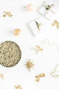 Cadeaux de noël et boules sur fond blanc. mise à plat, vue de dessus