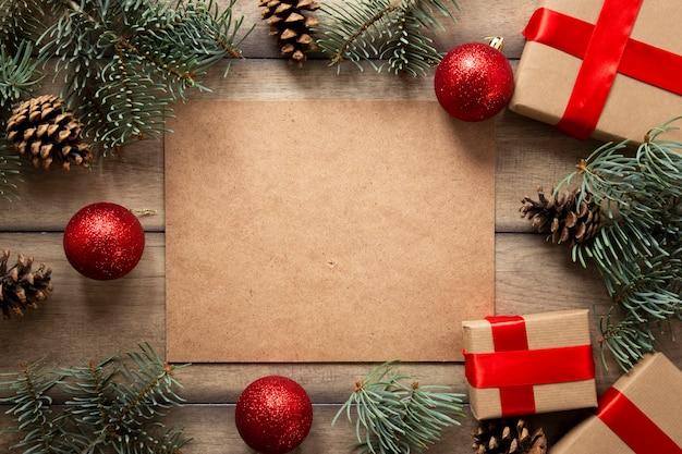 Cadeaux de noël et branches de pin avec espace de copie