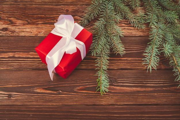 Cadeaux de noël et des branches de pin sur une table en bois, vue de dessus