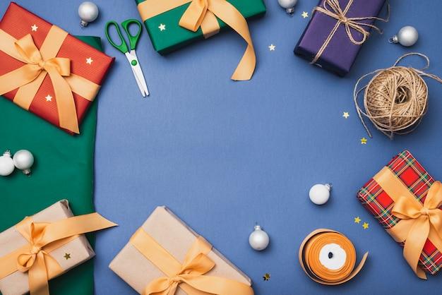Cadeaux de noël avec des ciseaux et de la ficelle