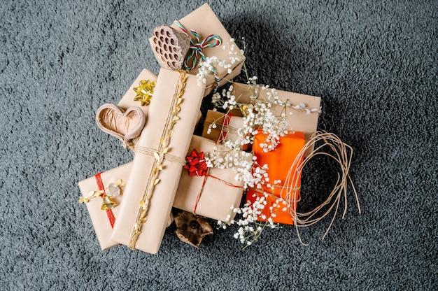 Cadeaux de noël avec corde dorée, fleurs, coeurs et bois