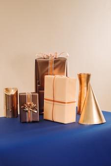 Cadeaux de noël dans des boîtes faites à la main