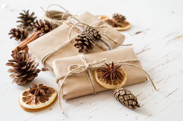 Cadeaux de noël dans un emballage rustique
