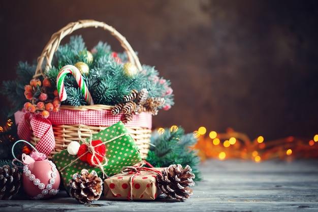 Cadeaux de noël dans un panier avec des branches de sapin