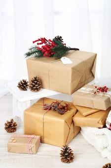 Cadeaux de noël et décorations dans des boîtes