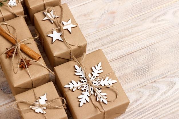 Cadeaux de noël avec des décorations faites à la main
