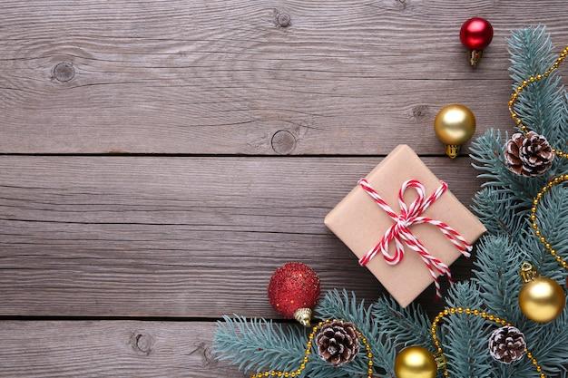 Cadeaux de noël avec des décorations sur un fond gris.