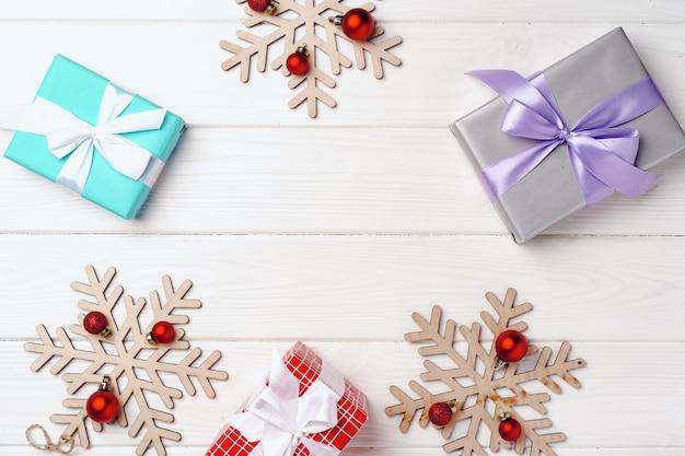 Cadeaux de noël et décorations sur planche de bois blanc