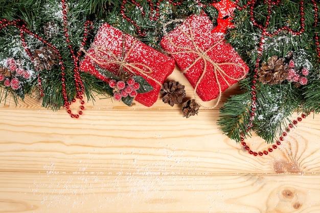 Cadeaux de noël et décorations sur table en bois