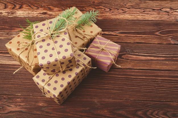 Cadeaux de noël décorés élégants sur bois brun
