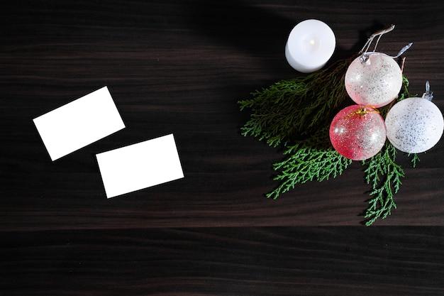 Cadeaux de noël et du nouvel an, branches de sapin plat poser fond avec espace copie. vue de dessus