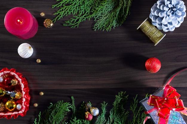 Cadeaux de noël et du nouvel an, branches de sapin et pommes de pin bougie plat poser fond avec espace de copie. vue de dessus