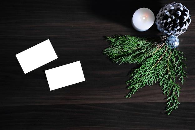 Cadeaux de noël et du nouvel an, branches de sapin et pommes de pin bougie