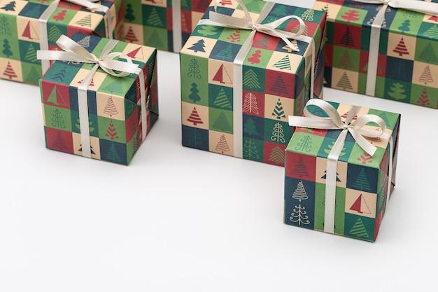 Cadeaux de noël et du nouvel an emballés dans des boîtes avec des ornements d'hiver. le concept de surprises et de souvenirs pour les proches.