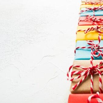Cadeaux de noël ou du nouvel an avec perspective sur fond blanc, espace pour copie