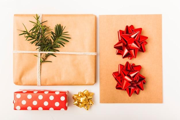 Cadeaux de noël emballés avec des arcs sur fond blanc
