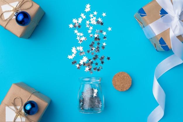 Cadeaux de noël emballés avec des confettis sur bleu