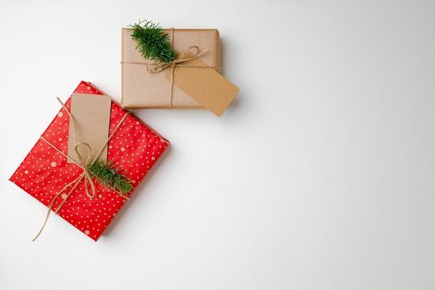 Cadeaux de noël avec étiquette en papier