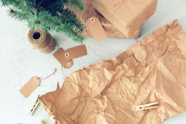 Cadeaux de noël, étiquettes en papier et sapin de noël