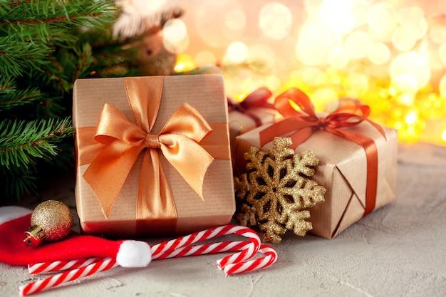 Cadeaux de noël faits à la main et coffrets cadeaux sur fond de fête