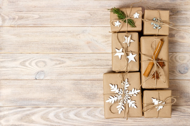 Cadeaux de noël faits main à la main ou cadeaux du nouvel an rustique en bois