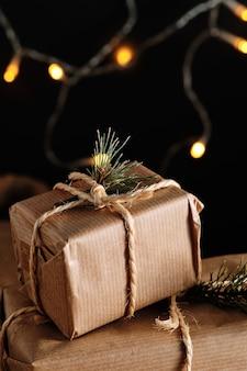 Cadeaux de noël faits à la main de papier kraft et attachés avec une corde