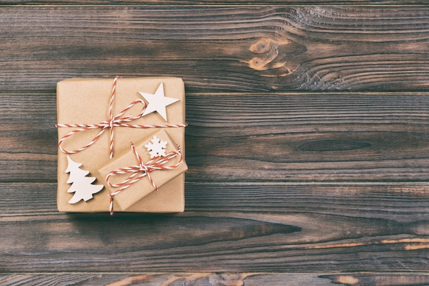 Cadeaux de noël avec flocons de neige, étoile et arbre de noël en bois. fond vintage de concept de nouvel an.