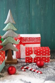 Cadeaux de noël sur fond de bois de couleur