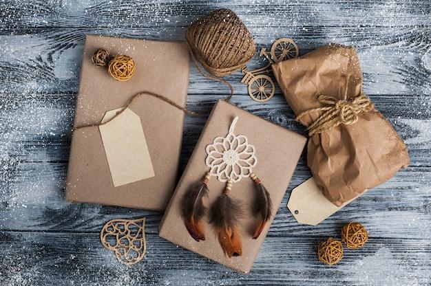 Cadeaux de noël sur fond en bois