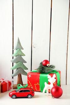 Cadeaux de noël sur fond de bois