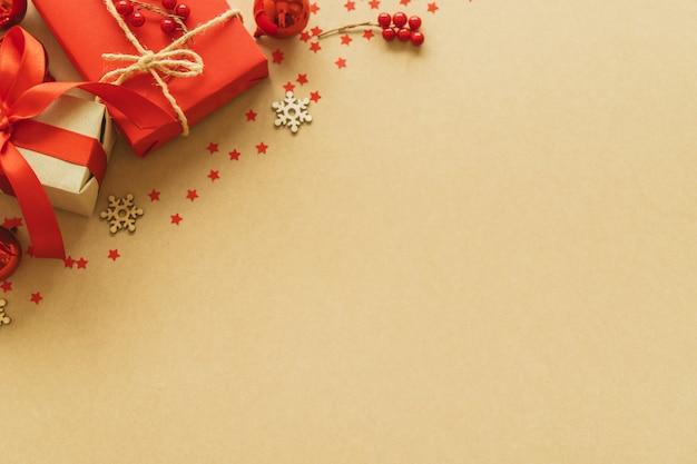 Cadeaux de noël sur fond de papier avec espace de décoration, baies, étoiles, flocon de neige et copie. lay plat, vue de dessus