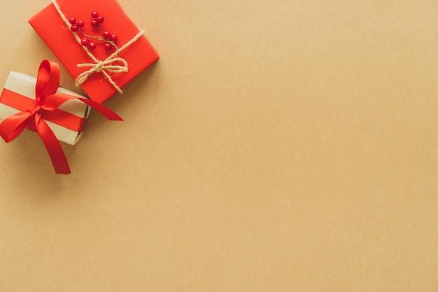 Cadeaux de noël sur fond de papier. lay plat, vue de dessus