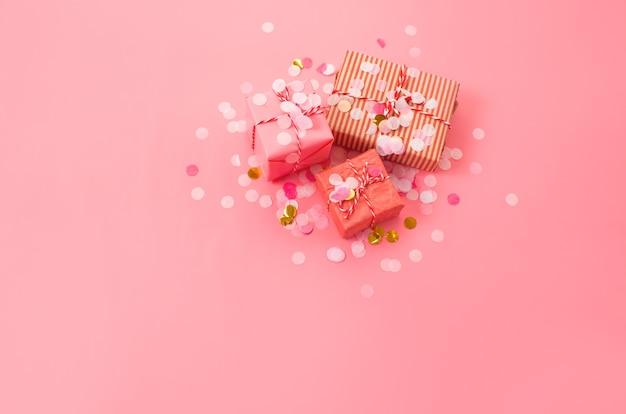 Cadeaux de noël sur fond rose