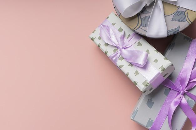 Cadeaux de noël, formes différentes, avec un ruban