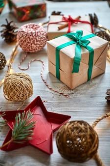 Cadeaux de noël avec des guirlandes de cônes et de branches de sapin, une belle nature morte