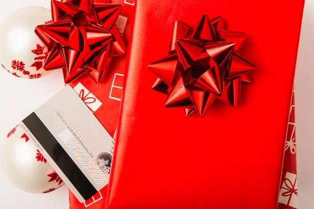 Cadeaux de noël avec noeuds rouges et carte de crédit