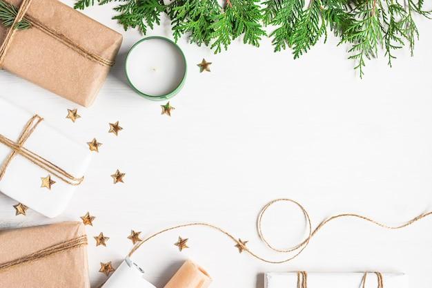 Cadeaux de noël en papier kraft pour emballer des branches de sapin étoiles scintillantes dorées