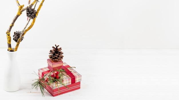 Cadeaux de noël avec des pommes de pin