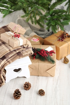 Cadeaux De Noël Près De L'arbre De Noël Sur L'espace En Bois Photo Premium