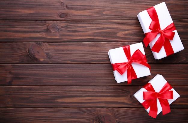 Cadeaux de noël présente sur un fond marron.
